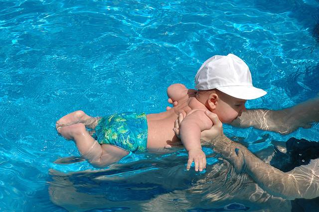 Anya a vízben azaz irány a nagy kád!