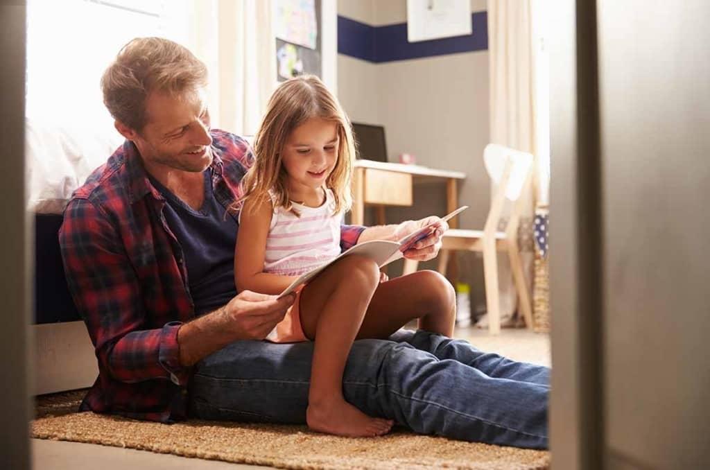 Jobban fejlődnek a gyerekek nyelvi készségei, ha apa mesél