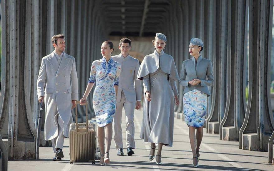 Haute couture ruhákba öltözteti alkalmazottait egy kínai légitársaság - Nagyon jól néznek ki!