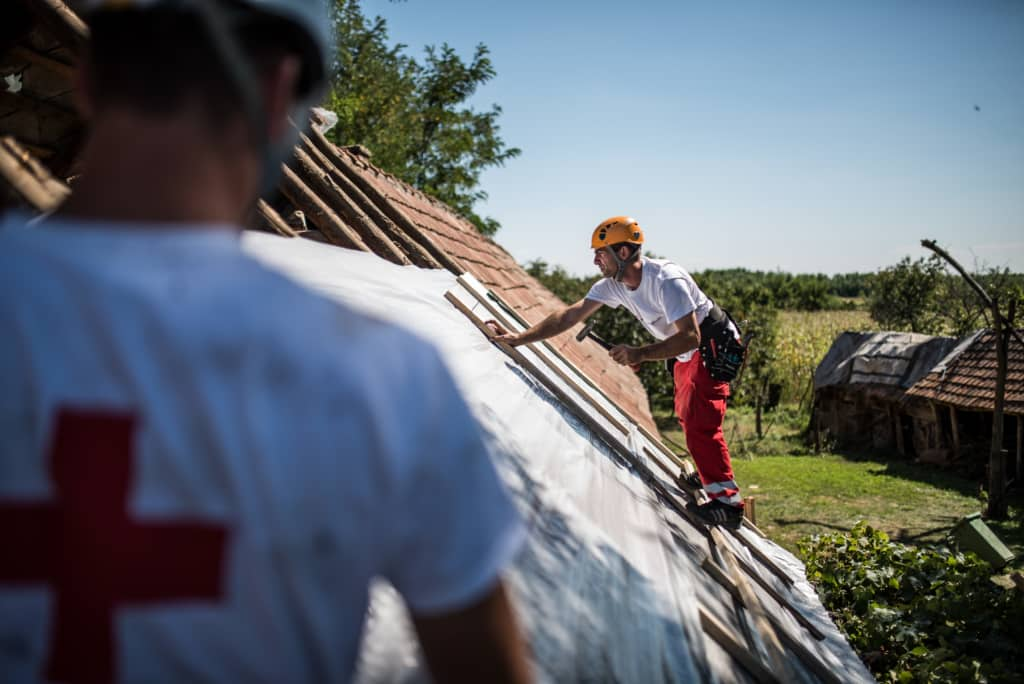 Nemzetközi összefogással segít a Vöröskereszt a jégeső által sújtott magyar falvakon