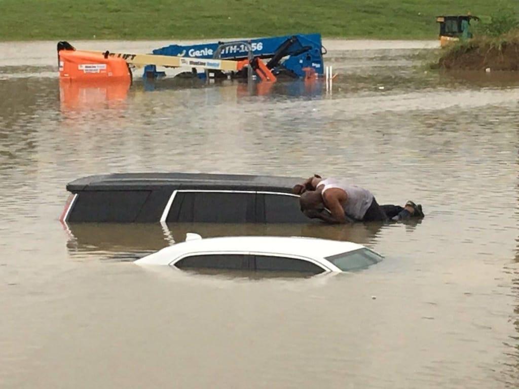 Ez a texasi lelkész benéz minden vízben rekedt autó ablakán, hátha még megmenthet valakit