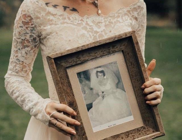 Meglepte a nagymamáját: az ő régi menyasszonyi ruháját vette fel az esküvőjére