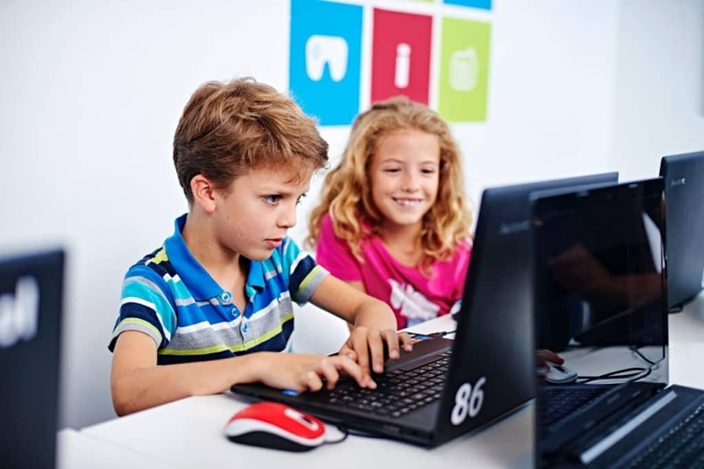 Programozni tanít a jövő iskolája – világelső a magyar Logiscool