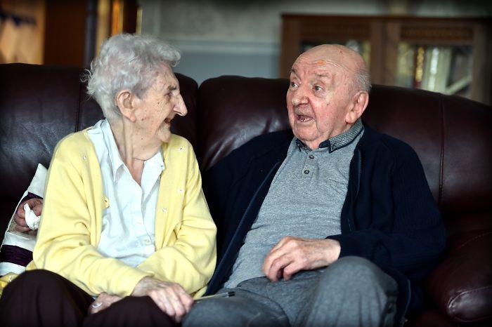 Különös történet: a 98 éves anya beköltözött az idősek otthonába, hogy 80 éves fiáról gondoskodhasson