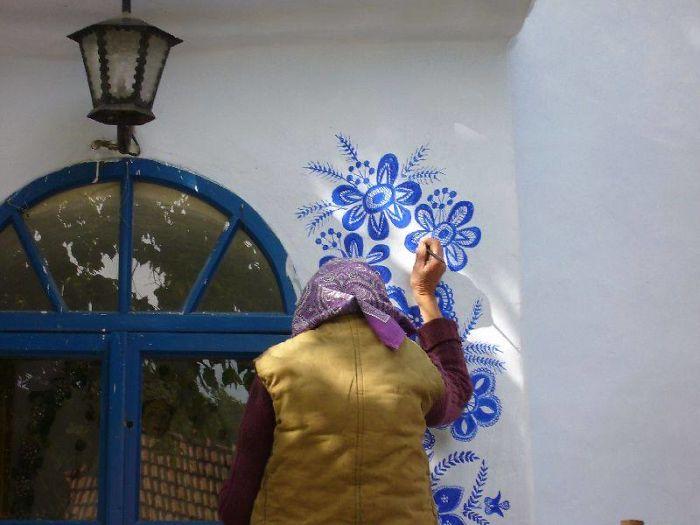 Ez a 90 éves cseh néni az egész faluját kidíszítette a falfestményeivel