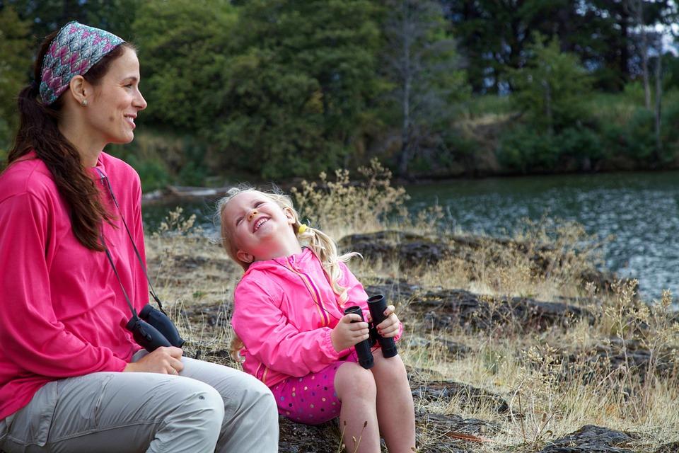 Nem könnyű introvertált anyaként extrovertált gyereket nevelni