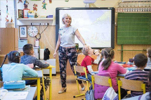 A fiataloknak az iskolában a helyük – többéves program indul a lemorzsolódás ellen