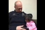 Az apa nem tudta otthon hagyni a kétévesét - egy rendőr vállalta, hogy vigyáz rá