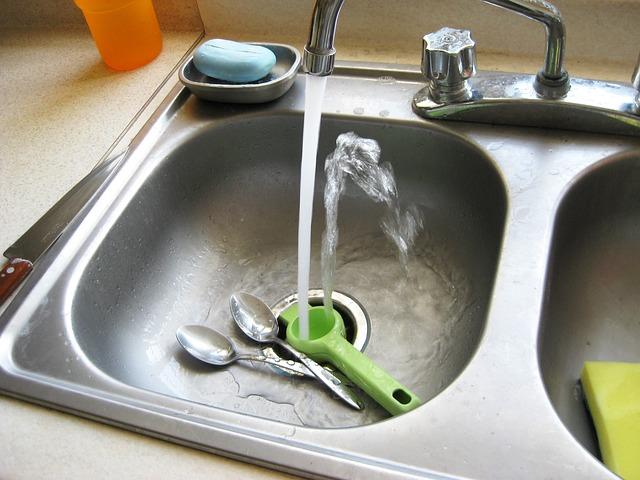 10 tipp, hogyan szagtalanítsd a konyhai lefolyót