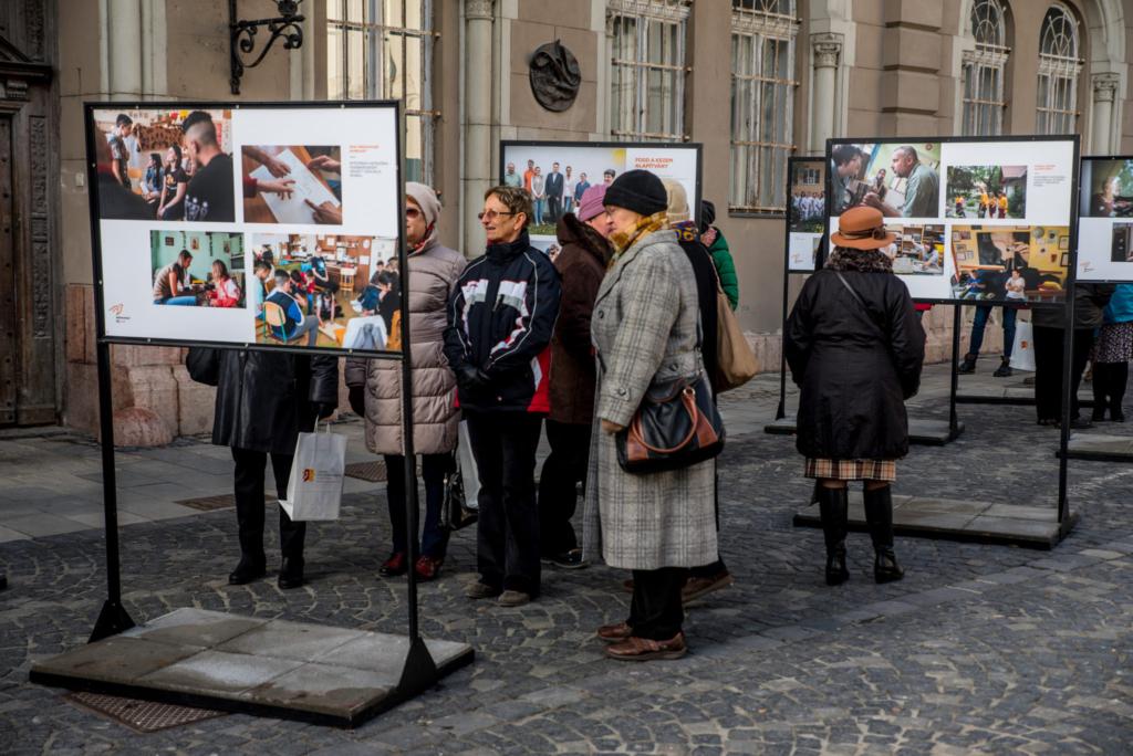Székesfehérvárra érkezett a Jószolgálat-díj szabadtéri kiállítása