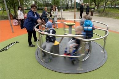 Játszótér nyílt mozgáskorlátozott gyermekek számára
