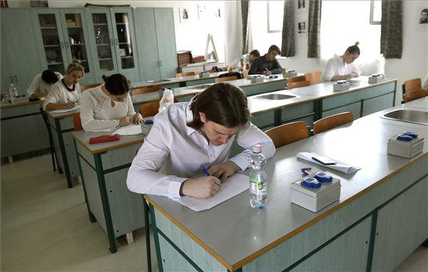 Érettségi - a nemzetiségi írásbelikkel megkezdődnek a vizsgák