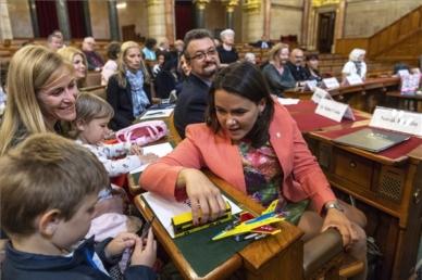Bekerült a családközpontú politikák jelentősége az EPP határozatába