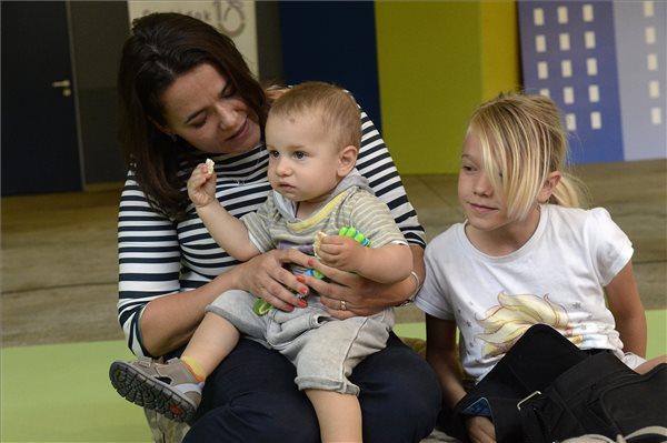 Novák: támogatjuk a karrier és a gyermekvállalás összeegyeztetését