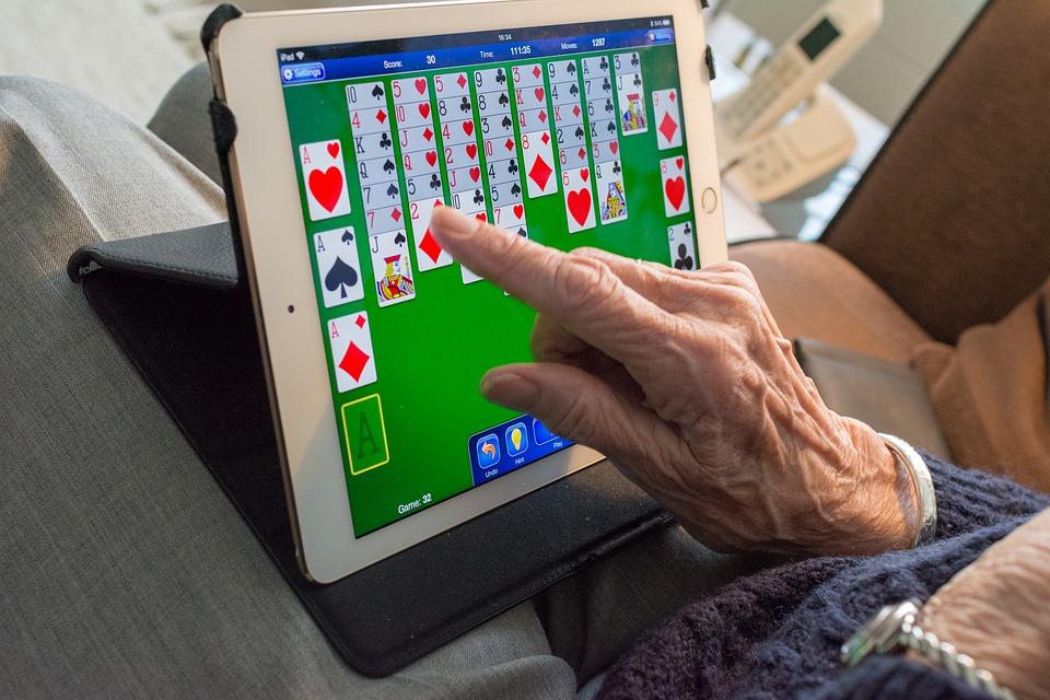 A fiatalok 17 százaléka rendszeresen tanítja az idősebbeket internetezni
