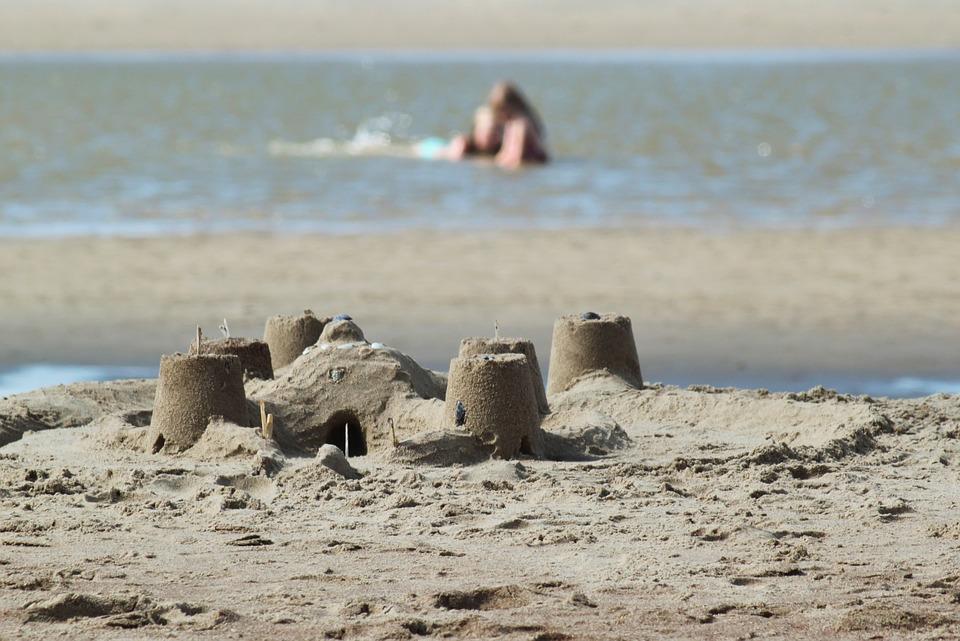Gyermekeik életét veszélyeztetik a strandon a mobilfüggő szülők