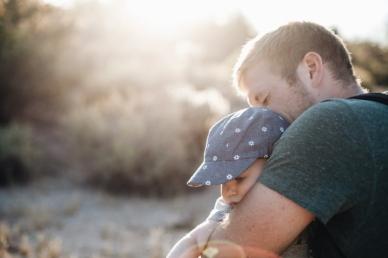 Az apák fele otthon maradna gyermekével, van, aki a szülést is átvállalná - ha tehetné