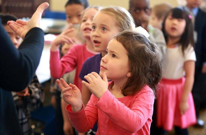Siket és nagyothalló gyermekeket támogatnak idén adventkor a családszervezetek