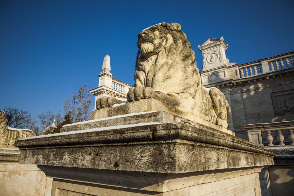 Családi program a temetőben? Izgalmas felfedezőtúrára várja a legkisebbeket a Fiumei úti sírkert!