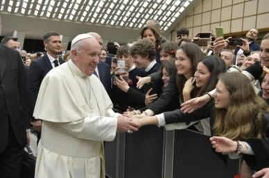 A mobiltelefon elveheti a szabadságotokat! – Gimnazistákkal találkozott a pápa