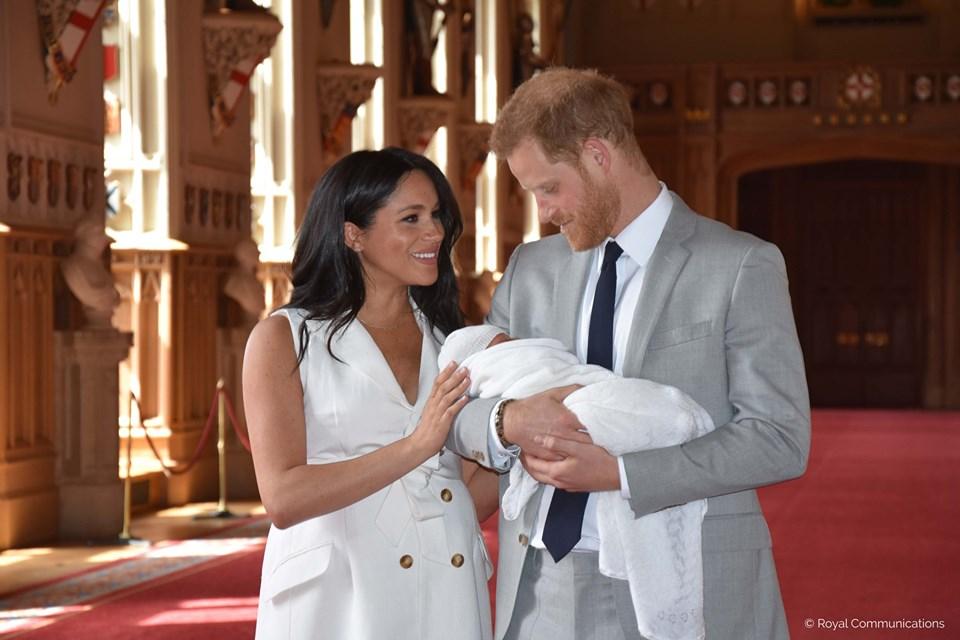 Harry és Meghan megmutatta a kisherceget és a nevét is bejelentették - FOTÓ