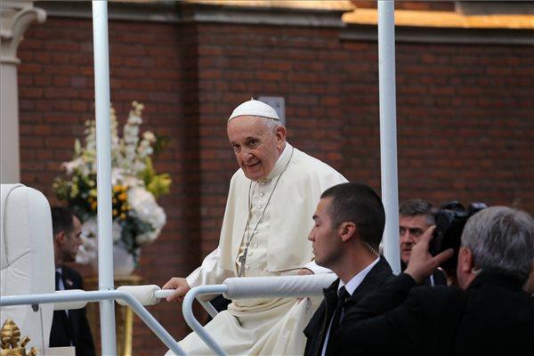 Bárhol is vagy, állj meg, hajtsd le a fejed, és imádkozz a békéért Ferenc pápával!